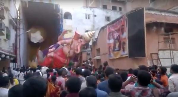 estatua-dios-hindu-ganesha-se-desploma-sobre-la-multitud
